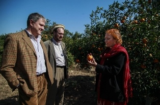 At the farm: Mr Gatto, Mr François and Ms Ara [EUD] discussing the quality of the Kinnow