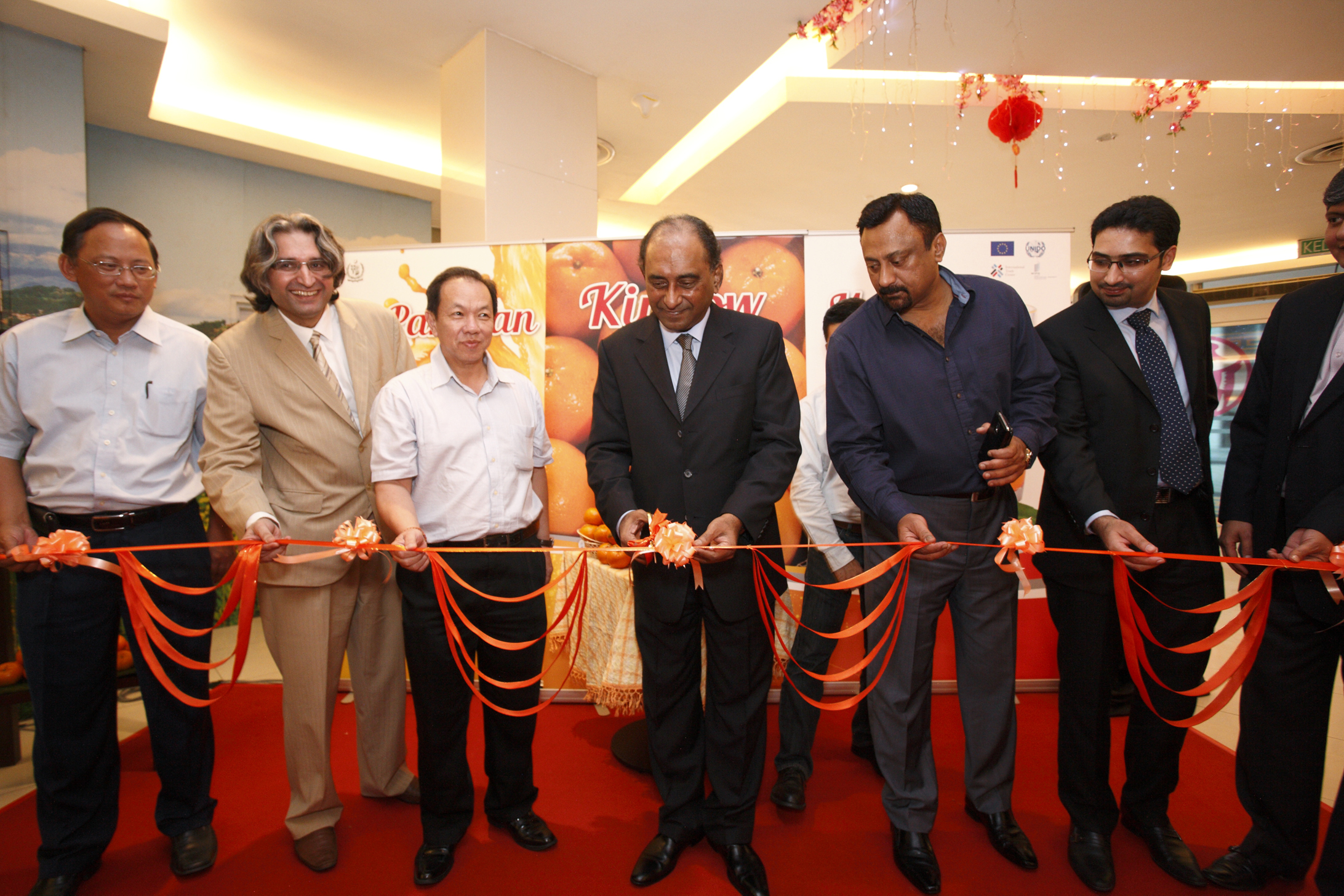 Mr.-Syed-Hassan-Raza-High-Commissioner-in-Malaysia-cutting-the-ribbon-of-the-Pakistani-Kinnow-Pavillion