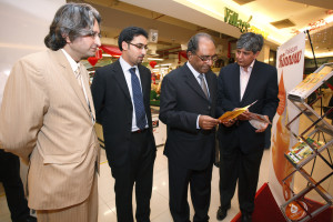 The HC visiting the Pakistani Kinnow Pavillion