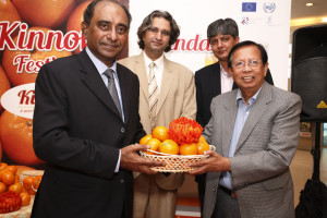 The HC presenting souvenir to Mr Dato Yousaf Hashim, former HC of Malaysia to Pakistan. With him Mr. Kundi, Mr. Badar TRTA