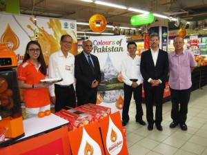 Pakistan High Commissioner, H.E. Tanveer Akhtar Khaskheli, at the Kinnow stall in Sheng Siong supermarket