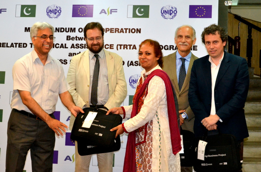 Mr. Shad Muhammad handing over ASF memento to Miss Roshan Ara of the EU delegation