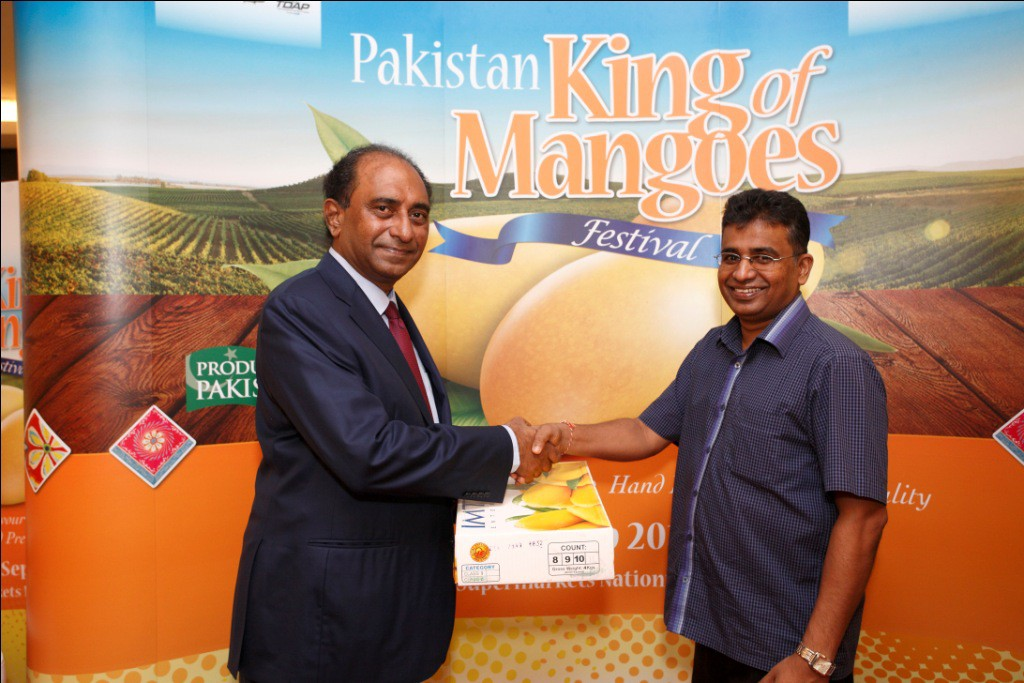 Syed Hassan Reza, the Pakistan High Commissioner to Malaysia presenting Sanjeewa Pattiwila, First Secretary of the Commercial High Commission of Sri Lanka with a box of Pakistan mangoes.