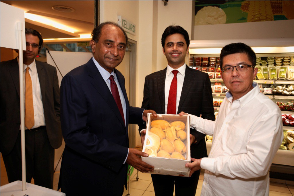 The mangoes are available as single fruits or packed together in a box. (L-R) Wajihullah Kundi, Commercial Counsellor of the Pakistan High Commission to Malaysia; Syed Hassan Reza, the Pakistan High Commissioner to Malaysia; Salman Jokhio of TDAP; Kit Chan of UNIDO.