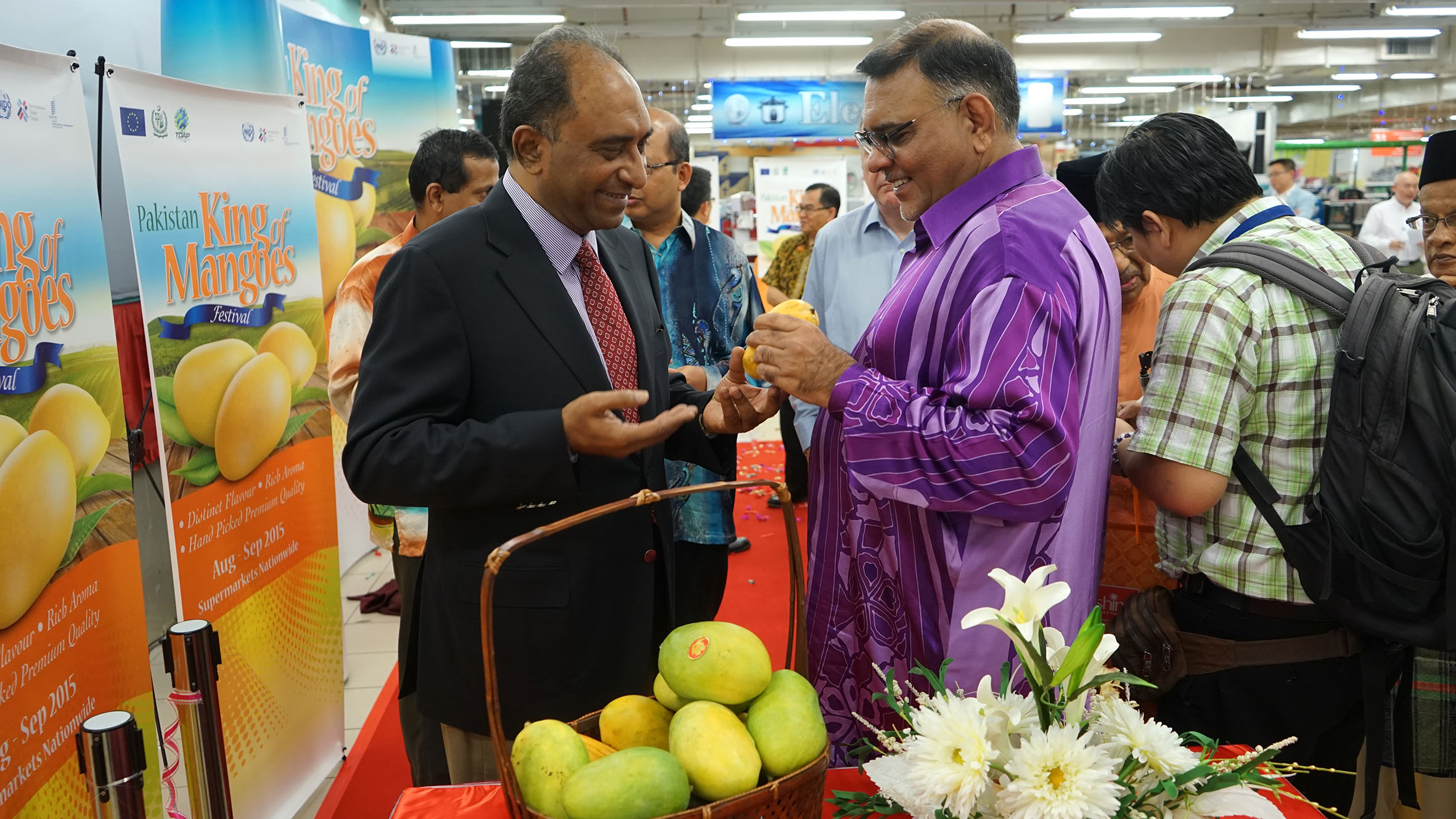 (L-R) Syed Hassan Raza and Dato' Abdul Rafique discuss the finer points of Pakistan mangoes.