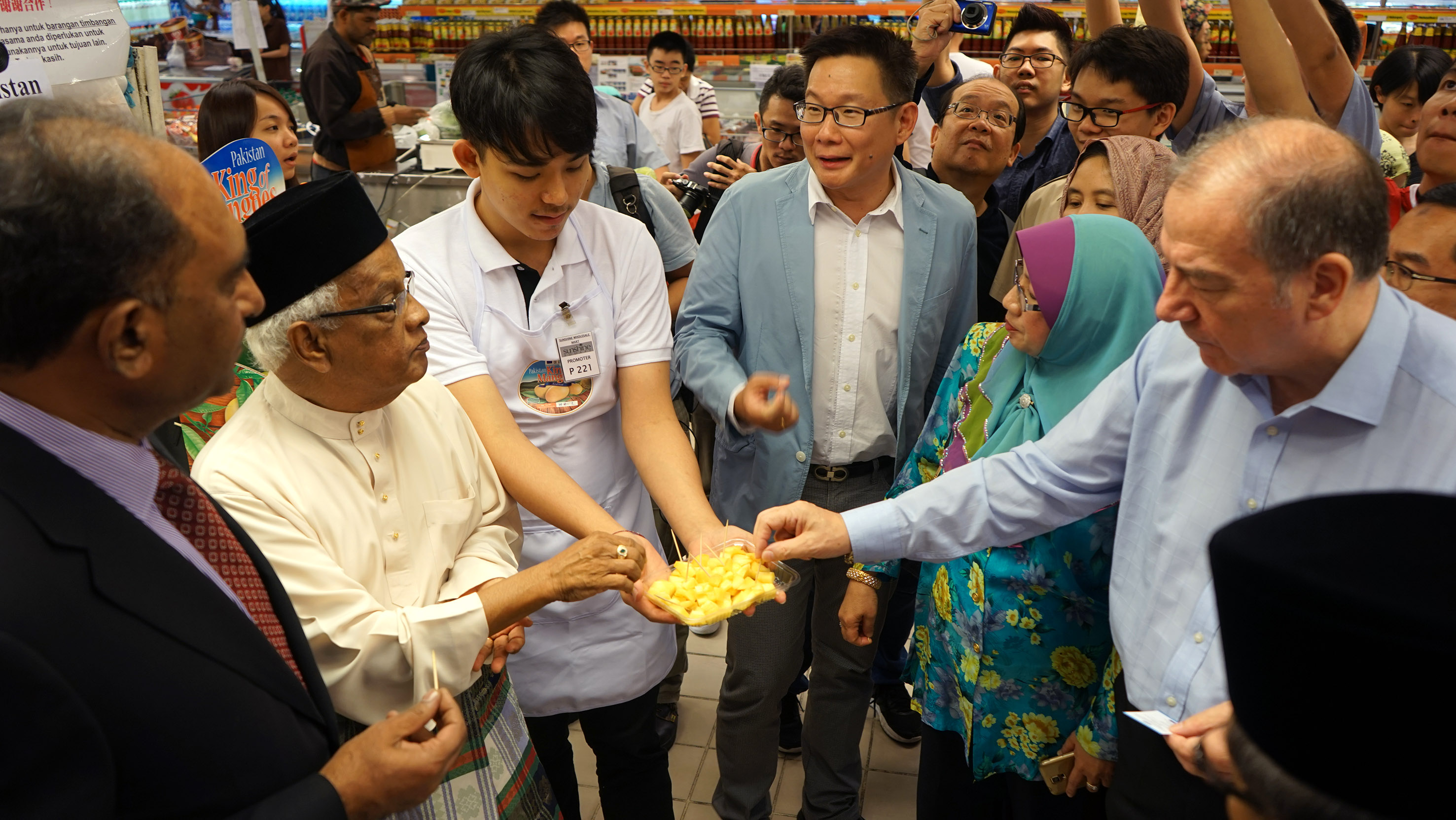 The guests of honour sampling Pakistan mangoes. (L-R) Syed Hassan Raza, Tan Sri Yusoff Latif, a promoter, Koay Swee Aik, Datin Seri Hamidah, Robert Hawkin.