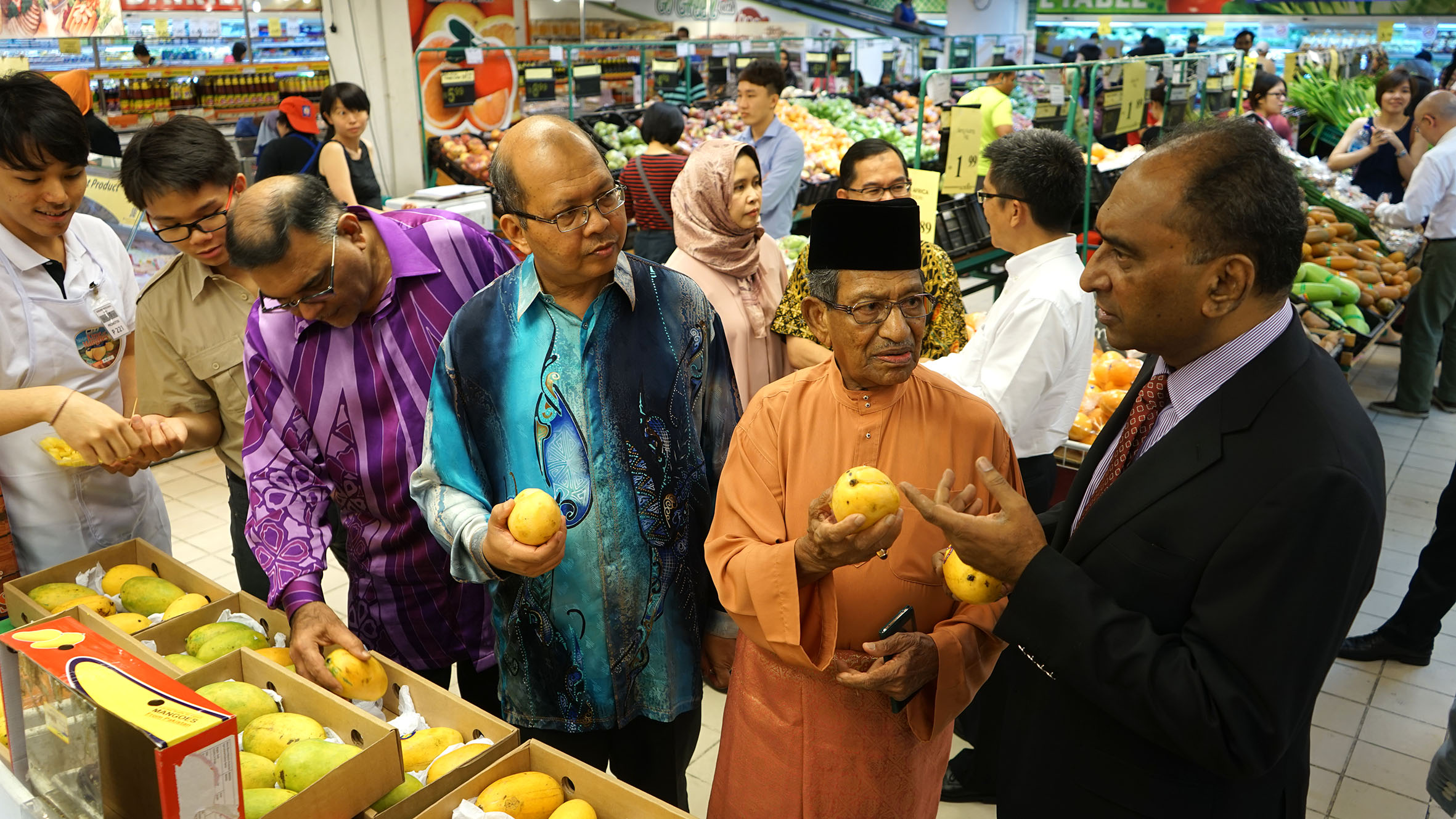 Checking out the Pakistan mango fruit display in the Sunshine Square Mall. (L-R from 3rd left) Dato Abdul Rafique, Dato' Seri Farizan, Tan Sri Yusoff Latif, Syed Hassan Raza.