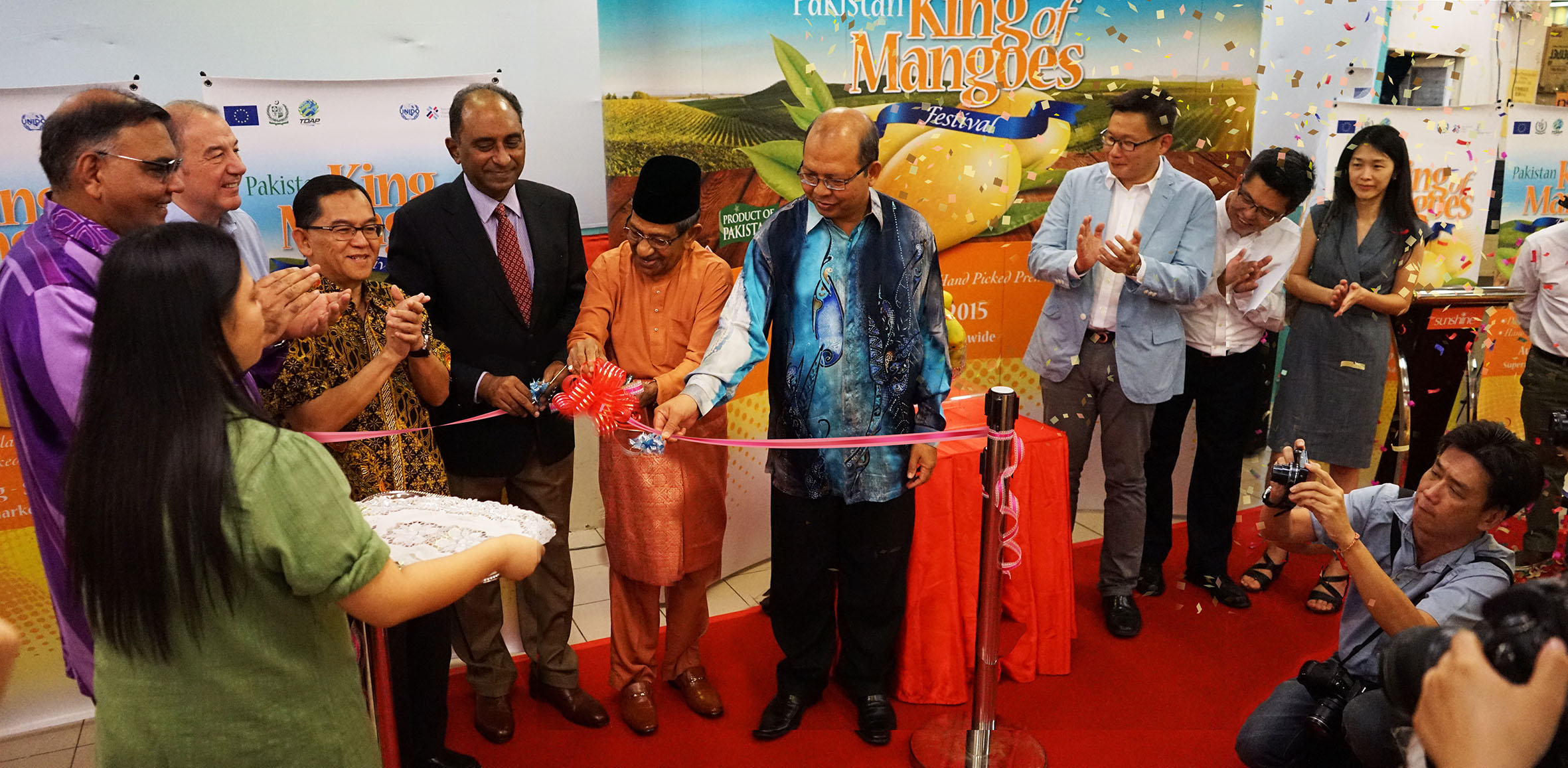 It's Pakistan Mango time! The Pakistan King of Mangoes Festival in Penang is officially launched. (L-R from 2nd left) Dato' Abdul Rafique, Director of Sunshine Aman Jaya; Robert Hawkin, Honorary Consul of the United Kingdom; Mr. Taufik, Consul General of Indonesia in Penang; Syed Hassan Raza, the Pakistan High Commissioner to Malaysia; Tan Sri Yusoff Latif, Chairman of the Penang State Goodwill Council; Dato' Seri Farizan, the Penang State Secretary; Koay Swee Aik, Director of Chop Tong Guan; Kit Chan of UNIDO; Cynthia Hwang, CEO of Sunshine Wholesale Mart.